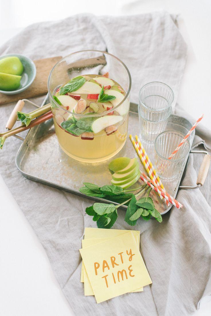 Rezept für eine frische Maibowle gibt's auf dem Blog! Maibowle mit Rhabarber und Minze inkl. Rezept https://www.fraeulein-k-sagt-ja.de/freudenfeste/maibowle-mit-rhabarber-und-minze-inkl-rezept/