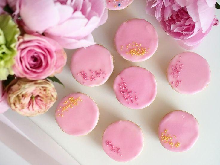 Nuo ihanat vaaleanpunaiset unelmat, jotka kätkevät sisäänsä ihanan voikreemin kuuluvat lapsuuteni herkkuhetkiin. Bebe -leivokset ovat juhlallisia ja niin herkullisia. Lukijalta saatu ohje toimii ja maistuu. Kokeile myös helpompaa täyte vaihtoehtoa. Tämä on retroleivontaa.