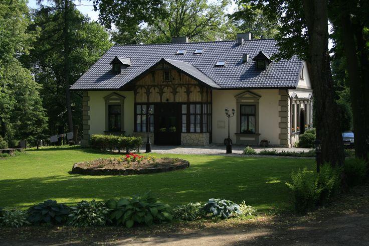 Dworek w Trzcinicy wybudowany w pierwszej połowie XIX wieku przez Jana Klominka dla żony Barbary, chorej na gruźlicę. Obecnie - własność prywatna.