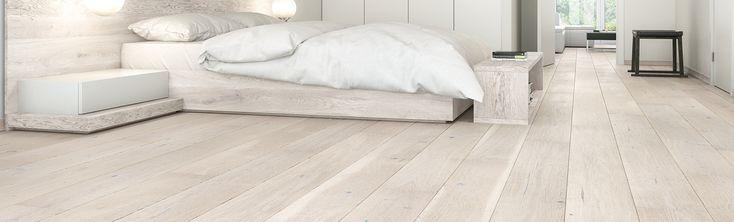 Szeroka, jednopasmowa podłoga dębowa o białym barwieniu. Deski uszlachetnione szczotkowaniem i zabezpieczone lakierem matowym. Dwustronne fazowanie optycznie wydłuża deskę i podkreśla jej naturalny wygląd.