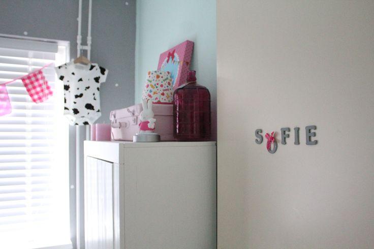 Meisjeskamer Sofie. Grijze muur met witte stippen, CD-rom gebruikt als sjabloon.