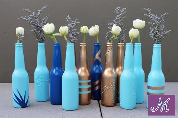 Faça você mesmo: Vaso de garrafas recicladas    Você vai precisar de: tinta spray (variadas cores) e garrafas long neck.