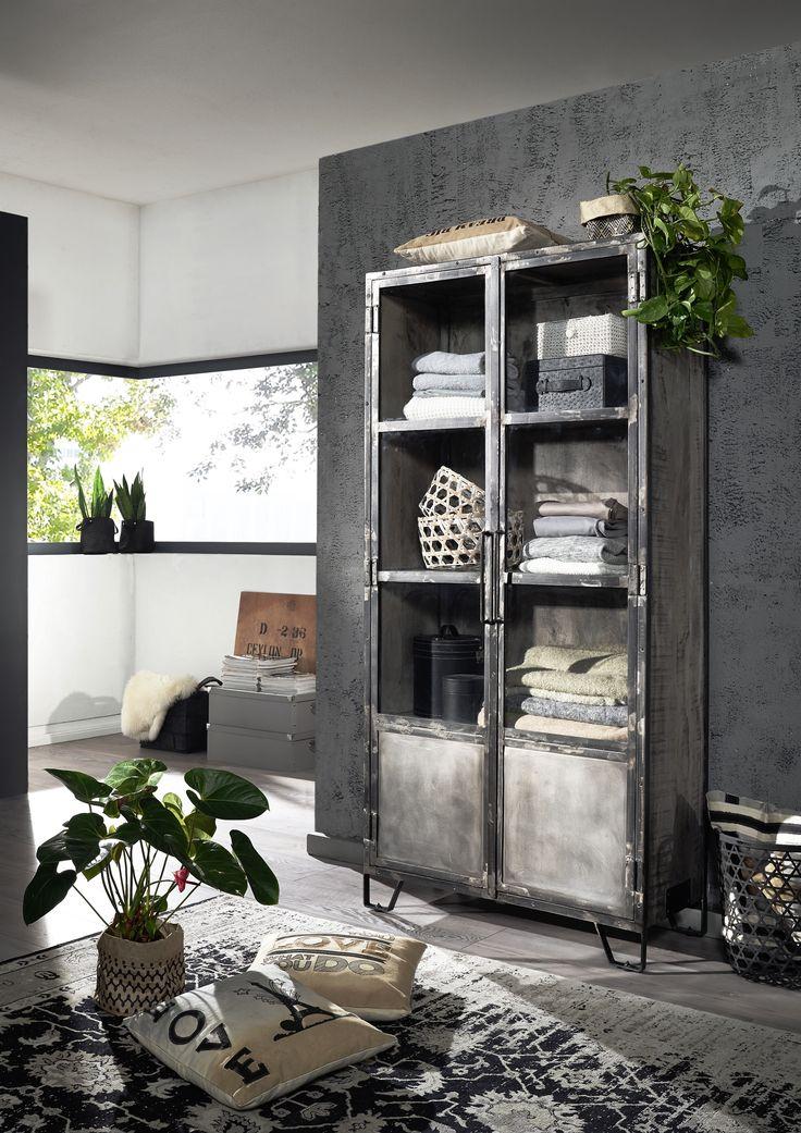 Vitrine der Reihe HEAVY INDUSTRY. Gefertigt aus Mangoholz mit Eisenelementen, natürlich lackiert.    #möbel #möbelstücke#wohnzimmer #mango#holz #echtholz#massivholz#wood #wooddesign #woodwork #homeinterior #interiordesign #homedecor #decor #einrichtung #furniture #storage #livingroom #livingroomideas #einrichtung #furniture #ideas #eisen #iron #vitrine #glasscabinett #esszimmer #diningroom #dining