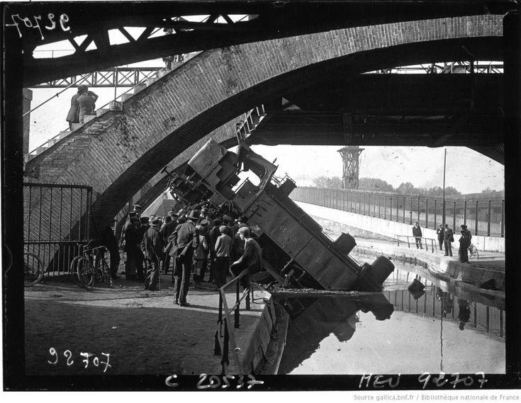 Paris : pont levant du chemin de fer menant au marché de la Villette : une locomotive est tombée dans le canal de l'Ourcq : [photographie de presse] / Agence Meurisse | Gallica