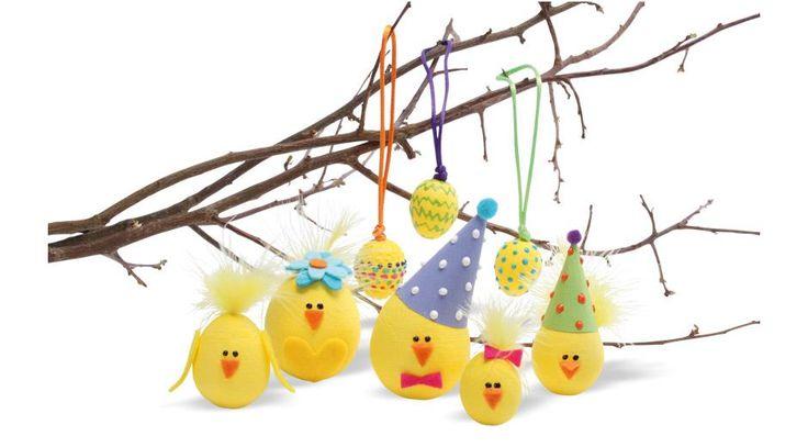Med de gule vatæg kan børnene lave både fine påskeæg og charmerende kyllinger. Med forskellig pynt, fantasi og kreativitet er det sjovt at lave hyggelig påskepynt. Find jeres egne æg og kyllinger og bring dem til live som her...