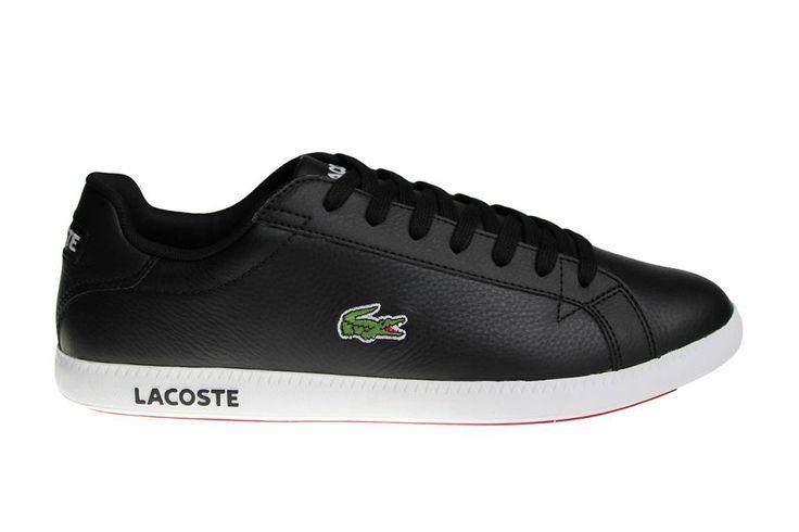 Een van de meest populaire Lacoste schoenen aller tijden is terug! De klassieke Lacoste Graduate sneakers voor heren, in het zwart met wit.