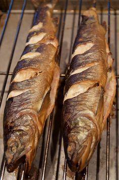 Warm geräucheter Fisch wie Lachs oder Forelle - #Rezepte #kultique #holzbackofen