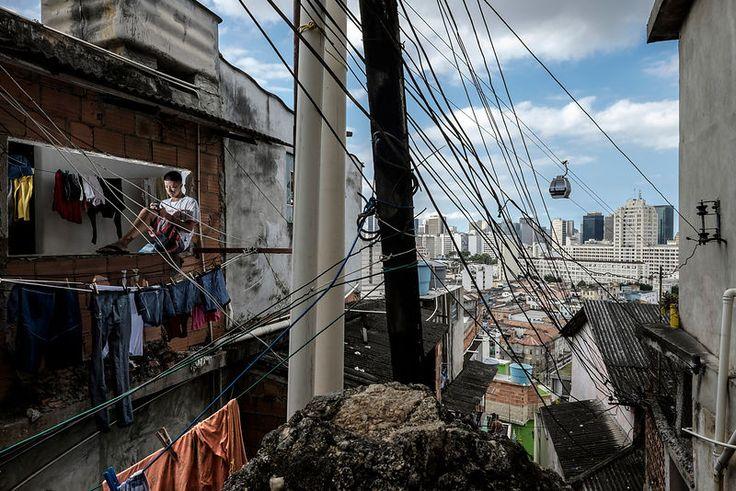 """Valdeir Ferreira dos Santos, 22 ans. Connecté toute la journée, Il utilise surtout les applications Facebook et What's Up. Favela """"Morro da Providencia"""", La première favela de Rio, datant du début du 20ème siècle. Rio de Janeiro, Brésil. Juin 2014...©Dom Smaz"""