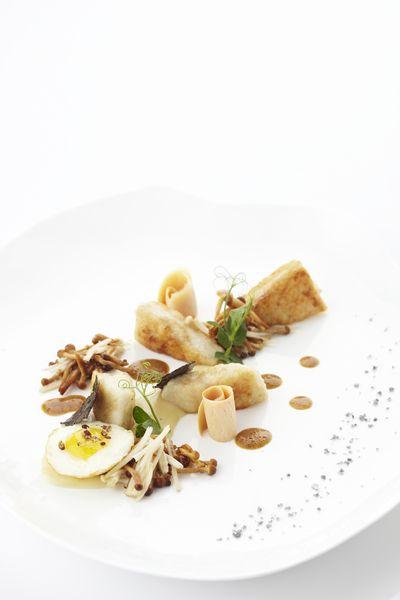 Hondshaai 'meunière', spiegeleitje van kwartel, soepje van aardappel en truffel, broodkrokantjes