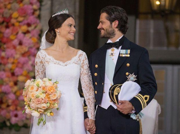 Sofia Hellqvist di Svezia in un abito della designer svedese Ida Sjöstedt e pizzo di José María Ruiz per il matrimonio con l principe Carlo Filippo...