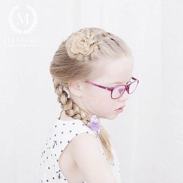 """Fransk flette og blomsterknute  Sløyfe fra @thesnappybowtique / French braid and flower bun  Bow from #thesnappybowtique"" Photo taken by @flettemia on Instagram, pinned via the InstaPin iOS App! http://www.instapinapp.com (03/28/2016)"