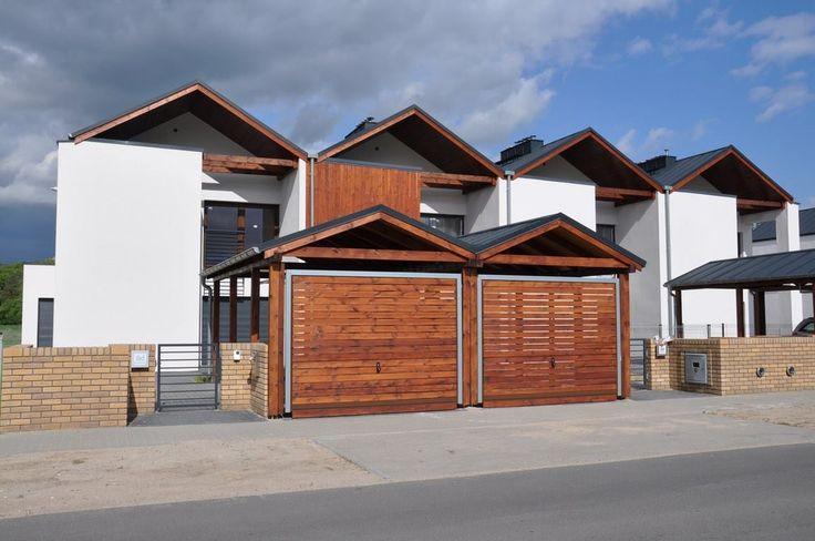 Nasze domy budujemy z najwyższej jakości materiałów. Wykorzystujemy do tego celu między innymi ręcznie wyrabianą cegłę klinkierową, blachę fińską, a także elementy świerku syberyjskiego.