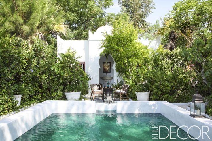 El diseñador de interiores francés Frédéric Méchiche añadió toques de inspiración morisca a su villa del siglo XVIII en las montañas del sureste de Francia. Puertas y ventanas arqueadas frente a la piscina, que tiene un revestimiento de color esmeralda.