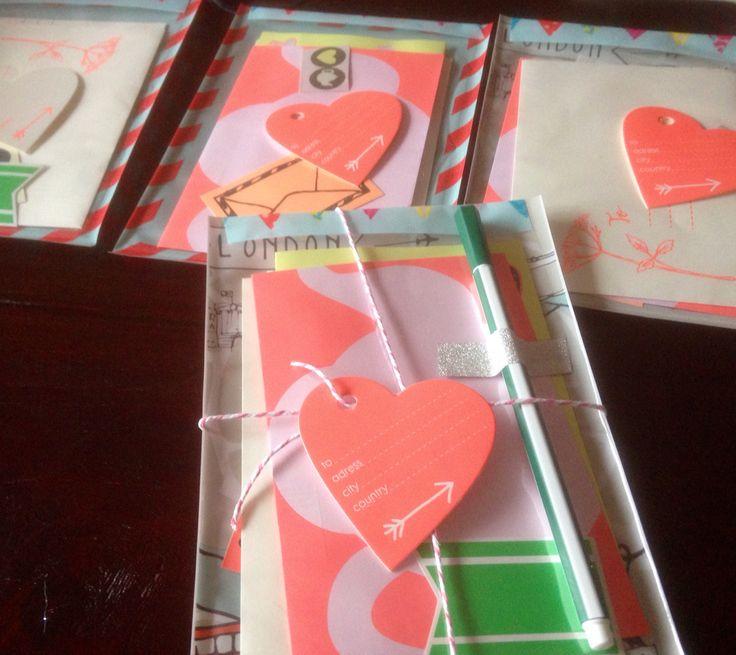 Stay in touch penvriend pakketjes (giftbag medium Hema, 2 velletjes briefpapier en enveloppen Hema, decoratiesetje Hema, fineliner hema, dichtplakken met dikke washitape en mooi touw, etiket eraan met nieuwe adres)