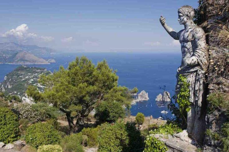 Остров Капри (Capri) уютно расположился в Неаполитанском заливе (Golfo di Napoli) и всегда был синонимом роскошного дорогостоящего отдыха. Но все может быть и по-другому: здесь мы расскажем вам о вещах, на которые не нужно будет выбрасывать кучу денег. Близость Капри к Неаполю и Сорренто делает остров очень удобным местом времяпровождения хотя бы на один день. От мифических Высоких Скал (Faraglioni) до Лазурного грота (Grotta Azzurra), от элитной Площади (Piazzetta) до виллы императора…