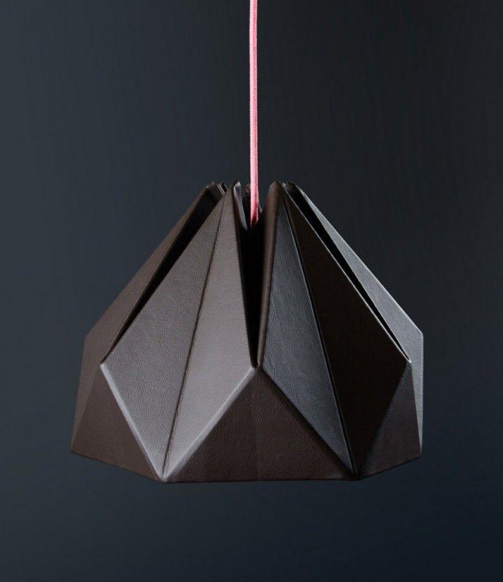 """Basada en el origami y la descomposición en piezas geométricas originó la serie de lamparas """"gonos"""". Sus geometrías son realizadas con cartón de cajas recuperadas y resaltadas con cuero ecológico, obteniendo un producto simple, de líneas marcadas, adaptada a cualquier decoración."""