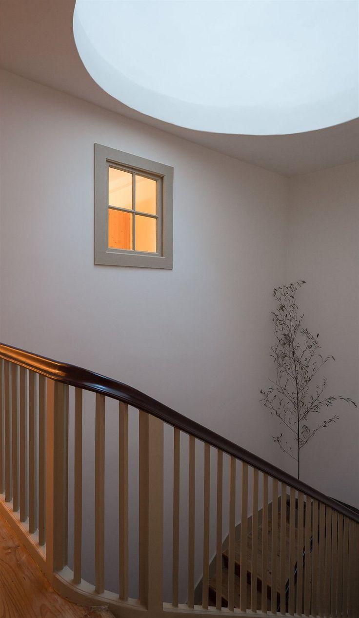 Ladnost křivek dřevěného schodiště, porcelánové kulaté vypínače a zásuvky - architekti ctili sebemenší detaily.