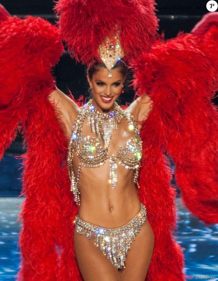 La sublime Iris Mittenaere (Miss France 2016) dans un costume ultra sexy de danseuse du Moulin Rouge lors de l'élection de Miss Univers 2017 à la salle omnisports Mall of Asia Arena à Pasay, Chili, le 26 janvier 2017.