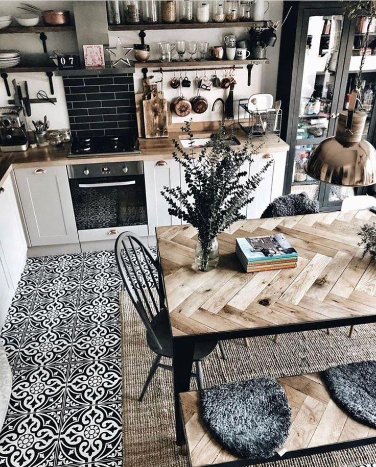 cuisine, carreaux de ciment, bois, armoire à provisions vitrée…