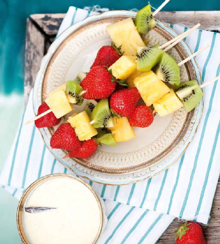 Fruktspett med vit choklad-dipp.