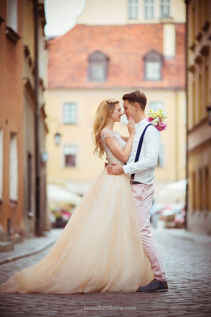 фото лав стори в городе / фотосессия для влюбленных в Варшаве / платье для фотосессии / лав стори на природе летом / любовь / платье / жених и невеста / позирование моделей на съемке