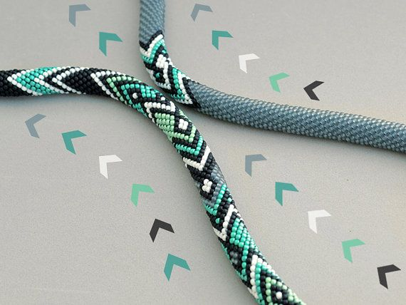 Bestellung zeitgenössische häkeln Halskette gemacht. Bitte erlauben Sie 1-2 Wochen zum Abschließen Ihrer Bestellung + zusätzliche Zeit für den Versand (2-4 Wochen).  Diese stilvolle Halskette handgefertigt und von mir, mit einer einzigartigen häkeln Technik entworfen. Diese spezielle Jewerly wird mit T-shirt, Tunika oder Kleid wunderbar Aussehen und perfekte Ergänzung zu Ihrem Look werden. 4 Farben sind leicht zugänglich, jedoch, auf Wunsch angepasst werden.  Material: Japanische Rocailles…