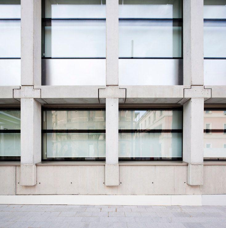 Fundación Pasqual Maragall.  Juan Navarro Baldeweg Fotografía Eugeni Bach Muro cortina por el interior de la estructura