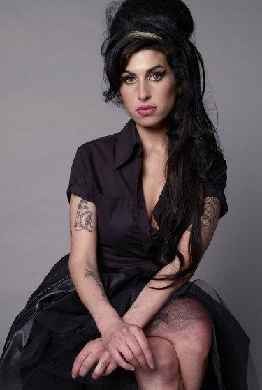 A box set Amy Winehouse At The BBC reúne performances da cantora e compositora na emissora pública de rádio e televisão britânica. Composta por um CD e três DVDs, a coletânea está prevista para chegar às lojas gringas em 12 de novembro, informa o site da artista...