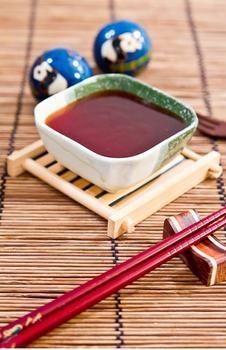 Китайский кисло-сладкий соус      1. Сахар — 1,5 ст. л.     2. Уксус — 2 ст. л.     3. Пюре томатное — 1 ст. л.     4. Соус соевый — 1 ст. л.     5. Сок апельсиновый — 3 ст. л.     6. Мука — 1 ч. л.