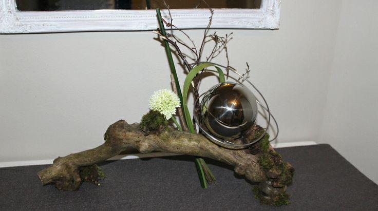 Wurzel nat rlich dekoriert mit einer edelstahlkugel preis for Wurzel deko garten
