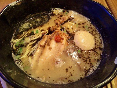 【絶品です!】濃厚スープと細麺のハーモニー!陣家・豚骨ブラックラーメン