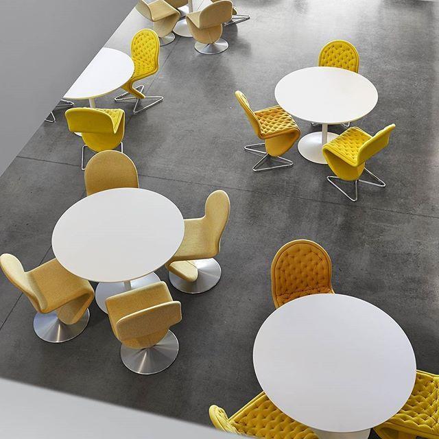 Les Wood's aiment beaucoup le jaune en ce moment. 😍😍😍 Mais ils aiment surtout voir que 5000 abonnés instagram les suivent dans leurs aventures. 😁 💪 👌👍 #picoftheday #yellow #jaune #photodujour #love #5000 #cap #vernerpanton #panton #chair #chaise #seat #assise #lounge #design #designer #mobilier #defi #instamood #win #reunion