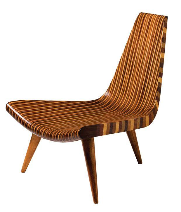 """Com estrutura em tiras de jacarandá, roxinho, pau-marfim, imbuia e mogno; pés maciços torneados fixos por encaixe no corpo central, nomeada """"Cadeira de três pés"""""""