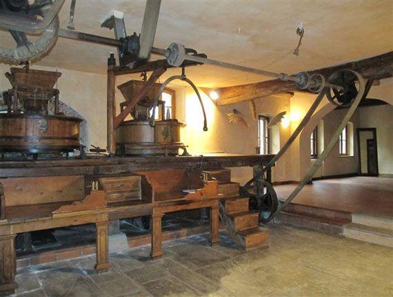 Interno del Mulino Gerli a Cassinetta di Lugagnano; risale al 1428, ed è considerato il più antico mulino ancora funzionante della Bassa lombarda solcata dai Navigli.