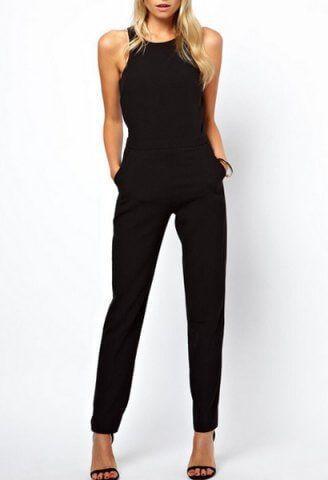 Λιτή αλλά εντυπωσιακή γυναικεία φόρμα ολόσωμη με τσέπες και ελεύθερους ώμους κατάλληλη για όλες τις ώρες της ημέρας. Διάθεση σε μαύρο χρώμα.
