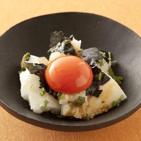 卵黄をくずして混ぜて食べて「たたき長いもの卵黄のせ」のレシピです。プロの料理家・Mako(多賀正子)さんによる、卵黄、長いも、長いも、焼きのりなどを使った、142Kcalの料理レシピです。