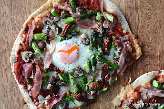 eintopf: pizza ze szparagami, pieczarkami i szynką