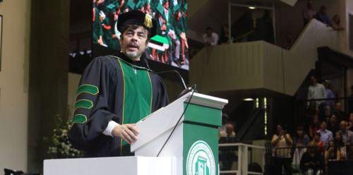 Benicio del Toro motiva a los graduados del RUM...