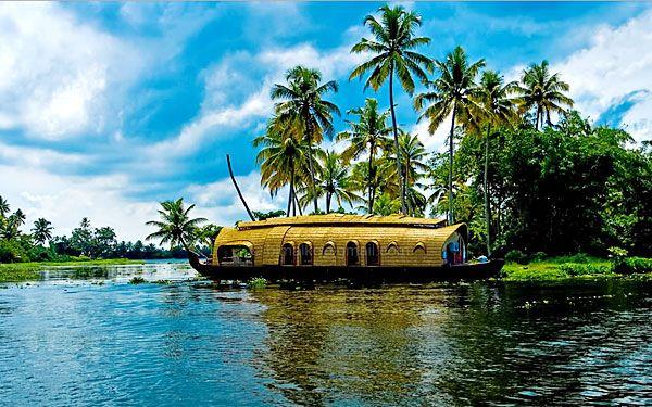 Kerala , un État de l'Inde est connu comme le paradis tropical de palmiers ondulants et de larges plages de sable fin . Il est une étroite bande de territoire côtier en Inde du Sud qui descend les Ghâts occidentaux dans une cascade de végétation luxuriante , et atteint jusqu'à la mer d'Arabie . Une fois que vous visitez, vous vous rendrez compte que ce ne sont pas une publicité mensongère .