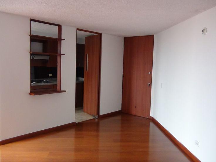 Apartamento en Hipotecho Bogotá $ 1.400.000 Incluye el valor de la administración   84 m² Estrato 4 3 cuartos 2 baños 1 garaje   Conjunto Residencial Torres de San Isidro. A dos cuadras del centro comercial Plaza de las Américas, sala comedor en un solo ambiente, estudio, sala de estar, cocina integral, garaje cubierto, con ascensor, parque infantil, salón comunal, gimnasio, cancha múltiple.