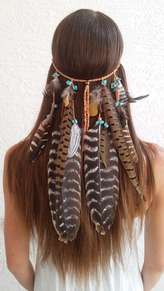 Boho Haarschmuck für Hippie Festivals oder einfach für den Strand, wenn du dich wie Pocahontas fühlst! Feder Stirnband / Native American Feather Hair Accessory / Pocahontas Hair Accessory / Pocahontas Hair #hairstyle #summerhairstyle #summerhairtrend | Stylefeed