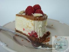 Deze cheesecake met witte chocolade en frambozen is een ultiem taartje voor de Kerst. Recept bij de bron.