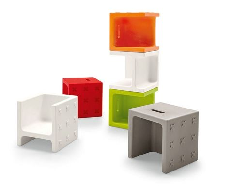 CROSSOVER puff, mały stolik lub krzesełko dla dzieciUniwersalny przedmiot Calligaris, model CROSSOVERCROSSOVER to użyteczny przedmiot, który może być używany jako puff, stoliczek, krzesełko lub szafeczkę na książki dla dzieci.Zrobiony całkowicie z polietylenu. Może być używany na zewnątrz.Dostępny w kolorach matowych: biały, ciemnoszary, pomarańczowy, czerwony lub jasnozielony.Nadaje się do łazienki, sypialni, kuchni, pokoju dziecięcego, pokoju zabaw, do użytku na zewnątrz, do salonu…