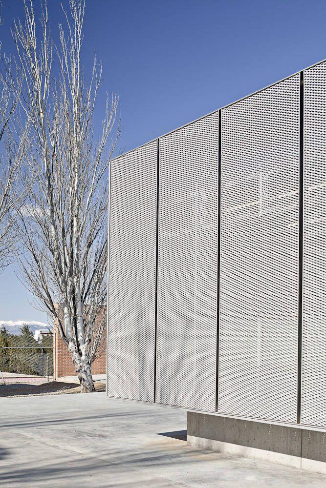 Roses IES Cap Norfeu Extension / Javier de las Heras Solé + Bosch Tarrús Arquitectes - expanded metal mesh facade