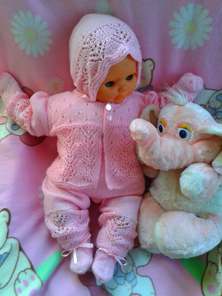 Купить или заказать Ажурный комплект для  малышки в интернет-магазине на Ярмарке Мастеров. Мягкий ажурный комплект для новорожденной девочки ручной работы. Комплект связан спицами из детской акриловой пряжи розового цвета и украшен атласными ленточками. Может стать прекрасным подарком для малышки на день рождения. Cостоит из кофточки, комбинезона, чепчика, носочков и царапок. На кофточке и комбинезоне застегивается на пуговицы. По желанию можно связать комплект любого цвета или…