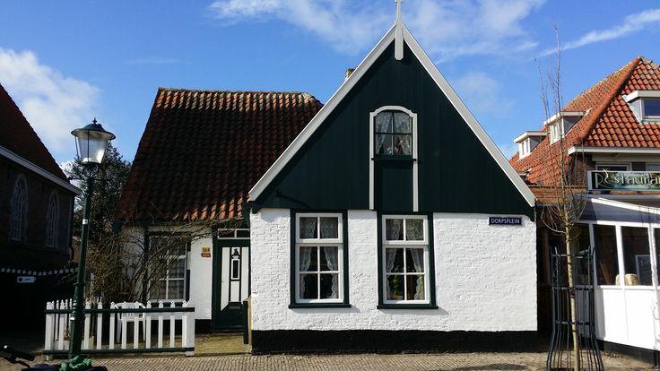 Huisje naast de kerk in de Koog.