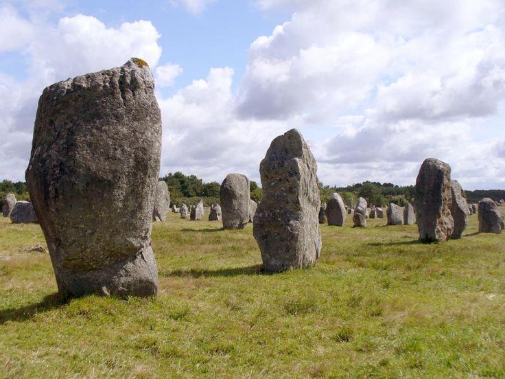 Wieś Carnac położona na francuskim wybrzeżu Atlantyku (Bretania) i jej okolice to chyba największe zbiorowisko różnych obiektów megalitycznych. Najsłynniejsze to trzy grupy menhirów tworzących szeregi o długości ponad trzech kilometrów (Kerlesca, Le Menec, Kermario), wielki tumulus z St. Michel, oraz dolmeny w Roch-Feutet. Budowę prowadzono od ok. 4.500 BC (europejski późny neolit), a założenia były używane do ok. 2.300 BC (brąz).
