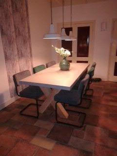 Tafelblad met beton cire  en Douglas poten. Stoelen vd kwantum :-)
