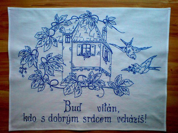 Vyšívaná kuchařka Ručně vyšívané balvněné bílé plátno 80x60 cm, určené k zavešní na zeď. Možno provést i v jiných barvách.