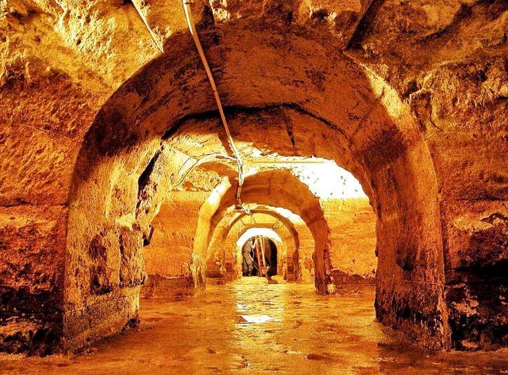 Deibaixo do chão de Lisboa está um mundo por descobrir. Existem galerias romanas que só podem ser visitadas 2 vezes por ano, vestígios da antiga Olissipo.